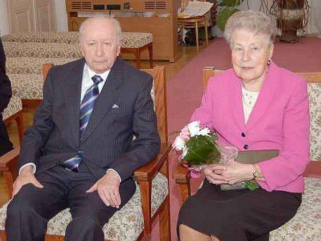 ŠEDESÁT LET SPOLU. Diamantovou svatbu oslavili ve čtvrtek v obřadní síni tachovského zámku manželé Hedvika a Alois Tahovských z Rozvadova.