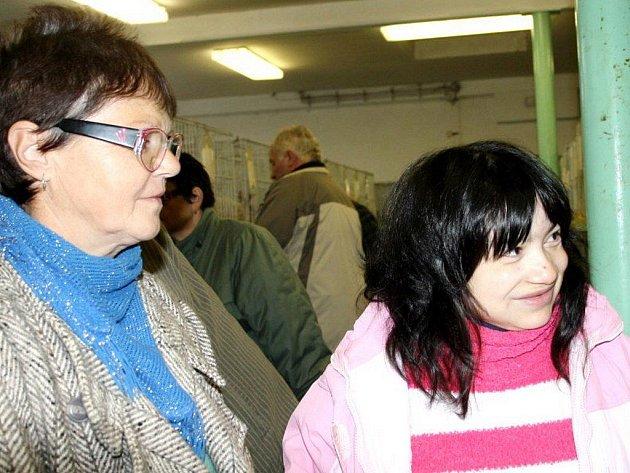 Na chovatelskou výstavu do Tachova přijela z milířského ústavu pro osoby se zdravotním postižením Sylva Dunková v doprovodu sestry Ludmily Roubalové.