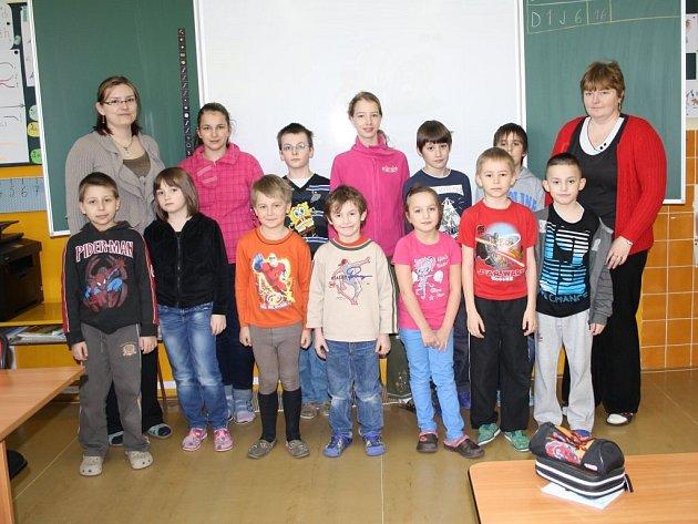 ŽÁCI ZÁKLADNÍ ŠKOLY v Lesné. Se čtrnácti žáky patří škola mezi nejmenší na Tachovsku (na snímku pořízeném v úterý dopoledne dva školáci chybí). Starají se o ně Jitka Uhlíková (vpravo) a Marta Danková.
