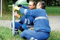 Ladislav Kloc (vlevo) a Karel Akrman opravovali koše ve středu odpoledne u minerálky.