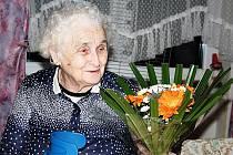 CELÝ PROFESNÍ ŽIVOT ZASVĚTILA DĚTEM. Božena Blažková Pavelková (na snímku) z Chodové Plané se v minulých dnech dožila životního jubilea a popřát ji přišla rodina i bývalí žáci.
