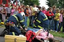 Dobrovolní hasiči cvičně evakuovali školu v Chodové Plané.