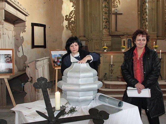 Členky občanského sdružení Martinus ukládají do schránky kostelní věže poselství příštím generacím.