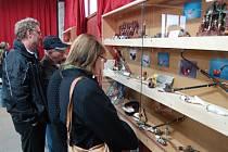 VERNISÁŽ výstavy dýmek, jak dokazuje náš snímek, se ve středu setkala se zájmem veřejnosti.