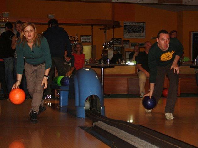 CELKEM ČTRNÁCT TÝMŮ se sešlo na bowlingovém turnaji, který se uskutečnil v Tachově. Po turnaji firem by měl následovat turnaj vesnic.