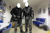 Narkoman znečistil policejní uniformy.