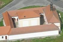 ZÁCHRANA borské Lorety letos opět pokročila, dělníkům se podařilo dokončit přístavbu, která byla zbourána v roce 1972 a v níž se nachází například sociální zázemí objektu a kdysi tam býval byt pro kaplana.