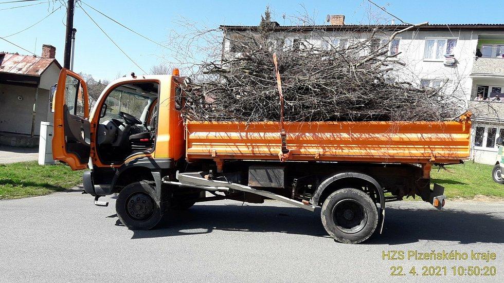 Střet osobního a nákladního auta ve Velkých Dvorcích.