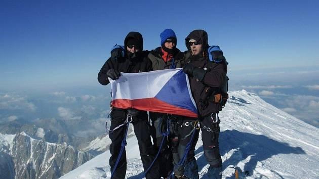 Horolezci (zleva) Martin Ficnar, Rostislav Job a Lukáš Koryťák na vrcholu Mont Blanku.