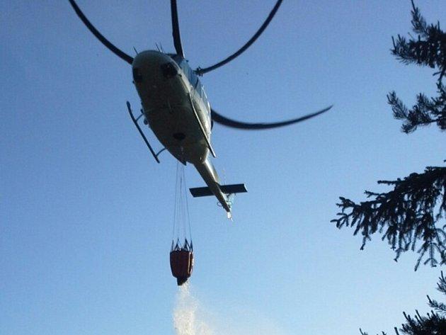 NAD LESEM v Pavlovicích zasahoval vrtulník, vak naplnil vodou desetkrát.