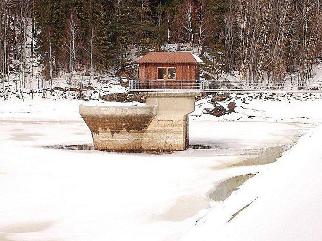 NÁDRŽ JE PŘIPRAVENA. V tachovské přehradě Lučina je v této době dostatek místa pro to, aby zadržela množství vody z blížíce se oblevy i jarního tání.