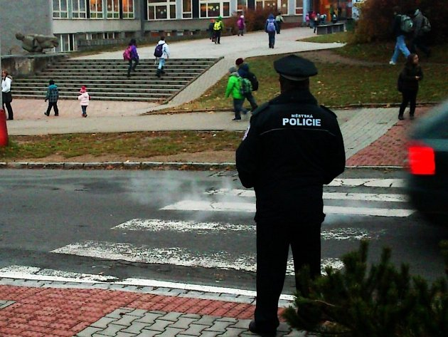 STRÁŽNÍCI tachovské městské policie denně hlídkují před tachovskými základními školami. Tak jako ve čtvrtek ráno před Základní školou Zárečná. V úzké ulici je nedostatek místa a řidiči tak nemají dostatek prostoru pro otáčení vozidel i couvání.