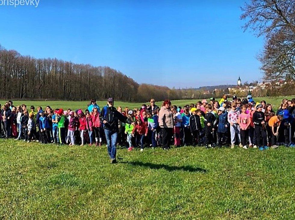 Děti ze ZŠ Zárečná Tachov na naučné stezce rozpoznávaly odpad a jeho dopad na přírodu.