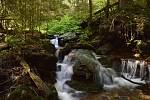 Lukášovy vodopády na Šumavě vytváří nádherné kaskády.