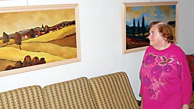 Blažena Maxová (na snímku) má v Domaslavi vlastní galerii. Právě krajina v okolí obce ji k malování inspiruje.
