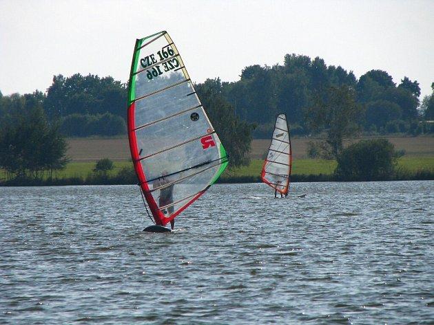 Větrnné počasí končícího léta využívají příznivci windsurfingu na rybníce Regent.