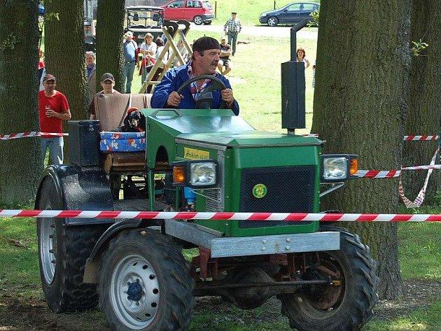 Patnáct traktoristů změřilo své síly a vyzkoušelo si své dovednosti v Třemešném.