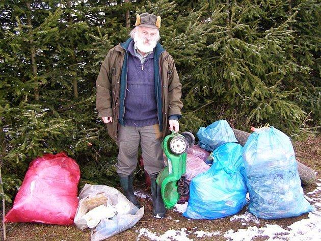 Vladimír Šebesta s odpadky, nalezenými v lese.