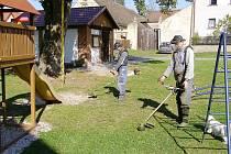 V Pytlově dělníci posekali trávu a uklidili zelené prostranství.