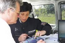 PLATEBNÍ TERMINÁLY používají k vybírání pokut na dálnici D5 nejen celníci, ale také policisté. Snímek je z loňské reportáže o používání terminálů.