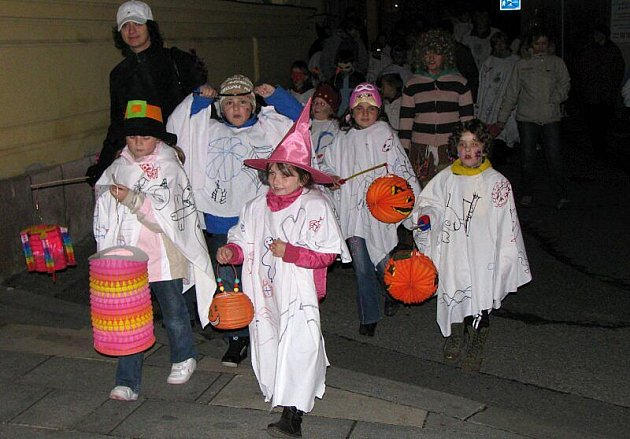 Halloweenská strašidla prošla městem