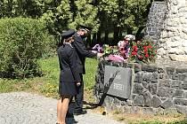 Policisté položili květiny k památníkům osvobození.
