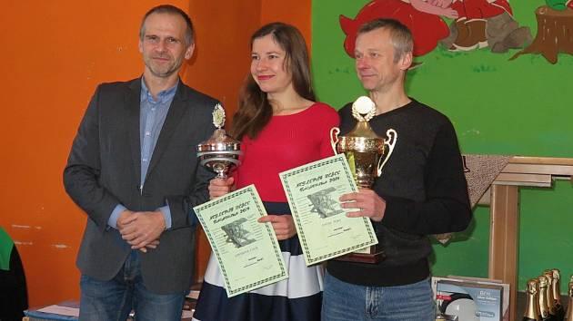 Po roční odmlce a celkově již popáté stanul v hodnocení Nejlepšího běžce Tachovska na stupni nejvyšším Ivan David (vpravo). Druhé zlato za rok 2019 přidala do rodiny Lucie v kategorii žen.