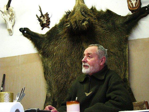 MYSLIVOST DĚLÁ CELÝ ŽIVOT. Bohuslav Šlehofer poskytl Deníku rozhovor v teple kanceláře, kde plápolal oheň v kamnech. Za zvěří do zasněženého lesa vyráží ale každý den.