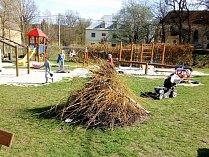 Osadní výbor se stará o náves a okolí obce Holostřev, nově položená zámkovou dlažbu udělala  radost i dětem.
