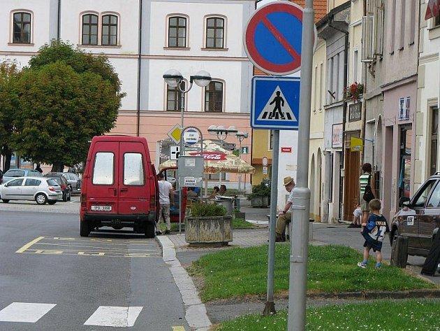 Inkriminovaná část náměstí ve Stříbře, kde podle jednoho z městských zastupitelů dochází k častému porušování dopravních předpisů.