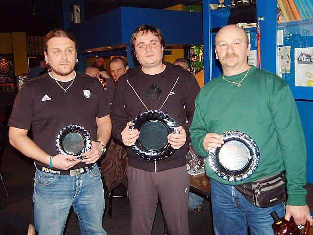 Vítězem jedenáctého ročníku recesní kulinářské soutěže o nejlepší guláš se stal Jindřich Tomáš (uprostřed).