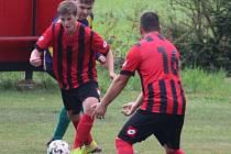 Fotbalisté Bernartic (v červeném) v nové sezoně ještě neztratili ani bod. O víkendu vyhráli v Holostřevech 6:1.