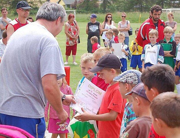 Fotbalové naděje hrály ve Stráži, medaile a poháry jim předal předseda OFS V. Přibyl.
