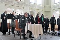 Soubor Linha Singers vystoupil s Vánočním koncertem v jízdárně. Slovem doprovodil herec divadla Na Vinohradech Jan Šťastný.