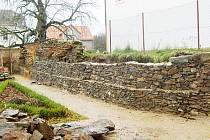 Opravovaná zeď mezi zámeckým areálem a svojšínským kostelem má především opěrnou funkci.