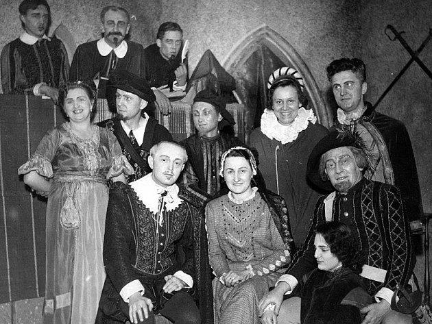 První představení roku 1953 byla dvouaktovka Ladislava Stroupežnického Zvíkovský rarášek.