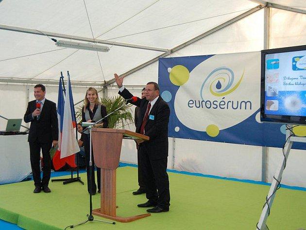 Generální ředitel společnosti Eurosérum Yves Rambaux dává pokyn k zahájení oslav výročí stříbrského závodu.