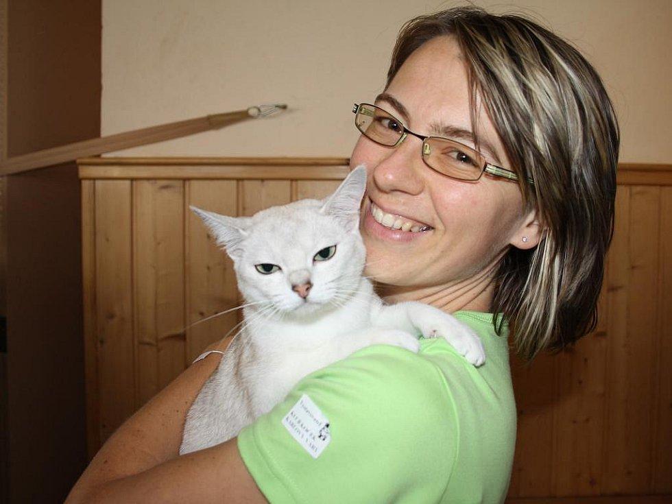 Chovatelka Eva Motáková z Chodové Plané s kočičkou Kristínkou z plemene burmillek, které se v sobotu na výstavě koček v Chodové Plané předvedlo veřejnosti