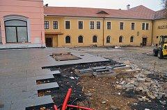 Prostranství před muzeem ve Stříbře dostává novou dlažbu, hotovo bude na konci listopadu.