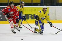 Tachovský útočník Gustav Poncar (v červeném) se před týdnem v Třemošné trefil do sítě soupeře dvakrát, ale tentokrát doma proti Mariánským Lázním vyšel gólově naprázdno.