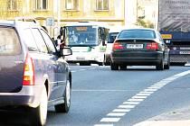 RANNÍ ŠPIČKA V CHODOVÉ PLANÉ (na snímku u autobusových zastávek).  Souvislá řada jedoucích aut, intenzivní provoz kamionů a téměř nemožnost přejít v době dopravní špičky třídu Pohraniční stráže, taková je denně situace v Chodové Plané.