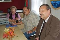 NA OBECNÍM ÚŘADU ve Vranově se ve čtvrtek sešli starostka Miloslava Svobodová, zastupitel Miroslav Uzel a poslanec Václav Votava.