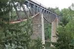 Nad údolím Mže zatopeném vodami Hracholuské přehrady se klene železniční viadukt bezdružické dráhy. Pohled z něj i na něj je impozantní.