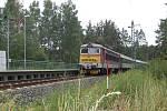 Čtvrteční putování bylo provázeno vlaky. Ty sviští po nově zrekonstruované rychlotrati mezi Plzní a Stříbrem každou chvilku. Na snímku vlak projíždějící zastávkou Sulislav.