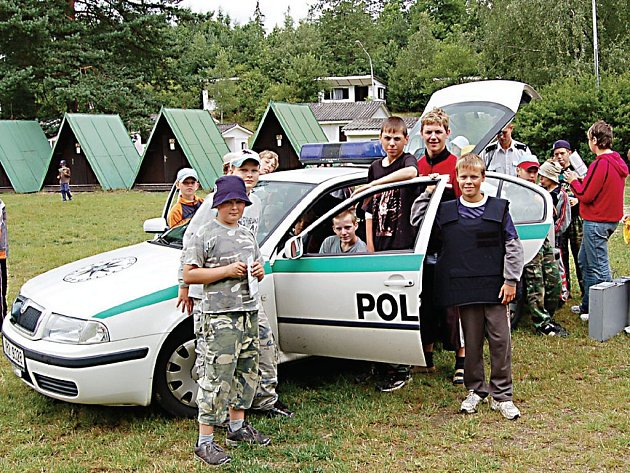 Služební vůz tachovských dopravních policistů se včera ocitl v obležení dětí, které tráví prázdniny v letním táboře ve Svojšíně. Policejní akademie se tak dočkala dalšího pokračování.