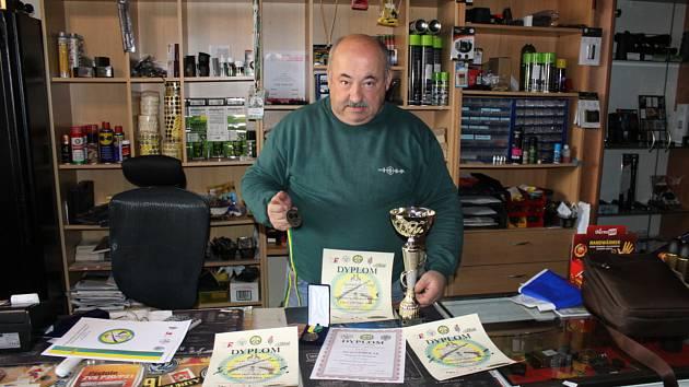 Juraj Gomolák s trofejemi ze závodů v Polsku.