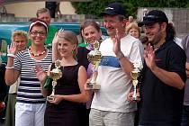 Vítezové devátého ročníku Srazu  historických vozidel v kategorii automobilů vyrobených po roce 1945. Josef Dlouhý první místo (uprostřed), Romana Toušová druhé místo (zcela vlevo) a Oto Štáhlich.