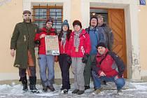 """Účastníci celosvětové hry Geocasching se sešli ve Starém Sedlišti. Na snímku skupina """"kačerů"""", jak si slengově říkají příznivci této hry, před vchodem do fary, kde byli ubytovaní. Zcela vlevo v masce je Milan Dulovec, pořadatel malého setkání hledačů."""