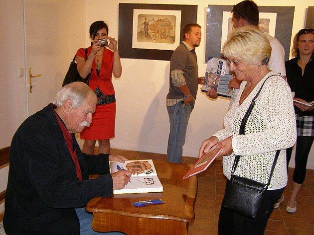 Známý malíř, karikaturista, ilustrátor, grafik, animátor, scénograf a tvůrce úžasných postaviček Adolf Born zahájil v sobotu ve Stříbře výstavu svých děl.