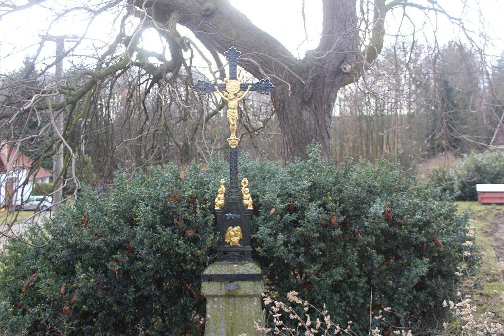 Kříž na návsi osady Popov